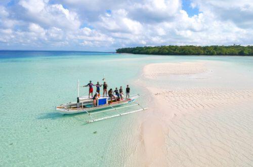 美しい海と現地の人