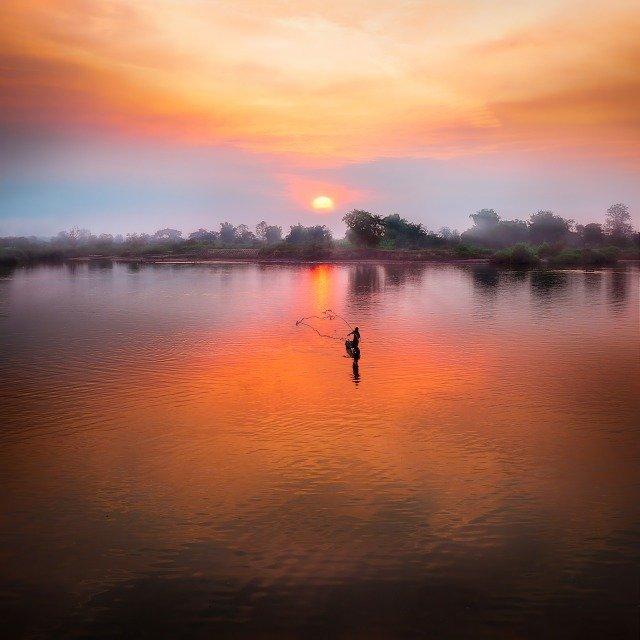 夕暮れの湖